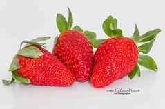 Fragole con sfondo bianco (Stefano Piazza) Tags: macro primavera c bio dolce rosso frutta bianco vitamina primopiano fragola sano sfondo frutti rossa fragole biologico stagione genuino