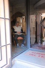 L'uomo in vetrina (svlsrg) Tags: vetrina umbria spello albergo svlsrg