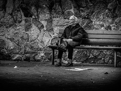 ... las horas ... / ... the hours ... (Fede Falces ( ...... )) Tags: barcelona life urban blackandwhite bw woman contrast bench solitude noiretblanc candid oldwoman hours streetphoto lowkey