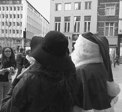 Chapi-Chapo - Hats (p.franche) Tags: brussels portrait urban blackandwhite woman man blanco monochrome face hat europe belgium belgique noiretblanc femme negro snapshot bruxelles panasonic dos difference dxo brussel zwart wit hdr homme urbain streetshot prenol chapeu  belge schwarzweis mustavalkoinen diffrence inbiancoenero svartochvitt  bestofbw fz200  pascalfranche pfranche skancheli   indtantan