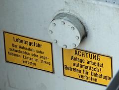 Lebensgefahr. (universaldilletant) Tags: signs schilder sign frankfurt schild verboten achtung lebensgefahr aufenthalt lasten automatisch schwebende angehoben