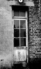 Quand une porte se ferme (hobbyphoto18) Tags: door wood blackandwhite bw france brick glass noiretblanc pentax nb brique porte nordpasdecalais dunkerque bois verre olddoor k50 ancienhôpital pentaxk50