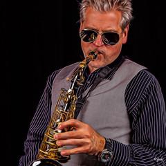 IMG_7907-Bearbeitet-Bearbeitet.jpg (Jürgen Kleinwächter) Tags: musiker leute jk saxofon allgemeines heimstudio bearbeitungen nikcolorefex4 topazglow