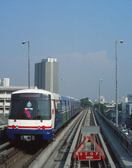 Thailand - Bangkok - Saphan Taksin (railasia) Tags: 2001 thailand bangkok siemens arrival infra bts saphantaksin deadendtrack emu3 silomline metrosubwayunderground routenº2 bufferblock
