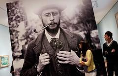 Viewing Pierre Bonnard (feldmanrick) Tags: sanfrancisco color fuji artgallery candid streetphotography indoor fujifilm unposed decisivemoment legionofhonormuseum rickfeldman x100t