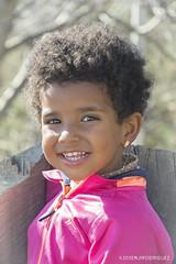 Siempre con una bonita Sonrisa :) (josemiirodriguez) Tags: portrait eyes retrato rosa niña ojos portraiture desenfoque campo sonrisa rizos mirada tronco risa pelo dientes seleccionar