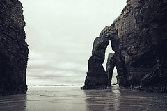las catedrales (patoche 38) Tags: ocean sea espaa mer blancoynegro beach landscape mar spain playa paisaje galicia paysage espagne plage oceano monumental catedrales maritimo maritme playadelascatedrales