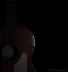 Sucumbiendo a la música (Y.M. Photography) Tags: luz cuerda interior flash guitarra estudio reflejo baja circulo oscuridad curva clave reflejada clavebaja ymphotography