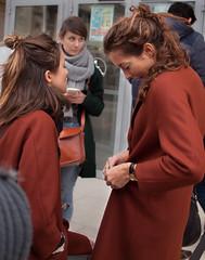 Dimanche  Paris -810 (Gilles_Ollivier_GeO) Tags: street girls friends people paris sisters lens costume twins louvre olympus concorde tuileries pancake mode zuiko 25mm e620 gillesolliviergo