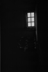 Fensterbilder (tschndet) Tags: analog licht fenster räume schwarzweiss freilichtmuseum schatten zonen detmold historisches ilforddelta100 westfälisches leicam5 acuroln