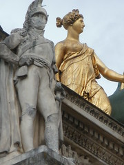 P4151399 Mismatched couple they live in too different  worlds (oberondilettante) Tags: paris statue contrast grey gris golden couple military corniche contraste tuileries arcdetriomphe militaire carrousel lintel dor linteau