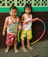 children with hula hoop (the foreign photographer - ฝรั่งถ่) Tags: boy girl portraits canon hoop thailand kiss bangkok hula multicolored khlong bangkhen thanon 400d