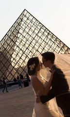 Paris - le Louvre (Fabinambule) Tags: paris canon 1855 mariage 75 lelouvre pyramidedulouvre 100d fabienensarguex