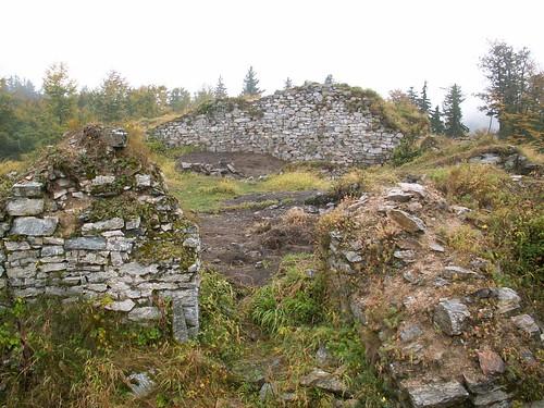 Grożące zawaleniem mury zamku Karpień
