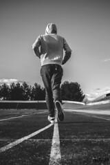 Runner (Adams Guijarro Ortiz) Tags: sky bw color blanco sport canon photography nikon exterior y sony negro bn cielo sin nubes deporte fotografia runner aire pista corredor maraton carrera correr zapatillas ezterior