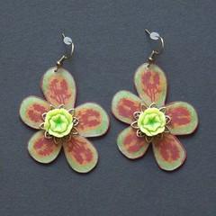 fleurs (fabrikarine) Tags: fleur vintage collier bijoux plastic boucle fou cuivre doreille