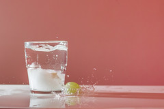 Strobist - First try (Silver Nicte) Tags: light water glass stone canon 50mm agua flash splash vaso onyx vidrio piedra onix strobist canont2i