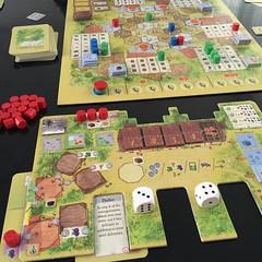 La Granja - กลายเป็นเกมทำฟาร์มในดวงใจไปแล้ว เอาส่วนที่ดีที่สุดของ Glory to Rome, Luna กับอีกสองสามเกมมาผสมกันเป็นเกมที่เล่นแล้วรื่นรมย์และกลมกล่อมอย่างยิ่ง สิ่งที่ชอบที่สุดคือการใช้ไพ่ได้สี่แบบ เสียบด้านซ้ายของกระดานเรากลายเป็นไร่นา เสียบด้านขวาเป็นส่วนต่