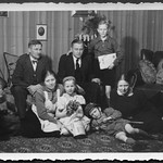 Archiv D230 Familienfoto zur Weihnachtszeit, 1930er thumbnail