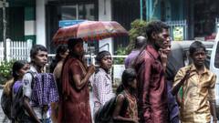 Rain chronicles (Saint-Exupery) Tags: street leica rain calle lluvia candid srilanka robado