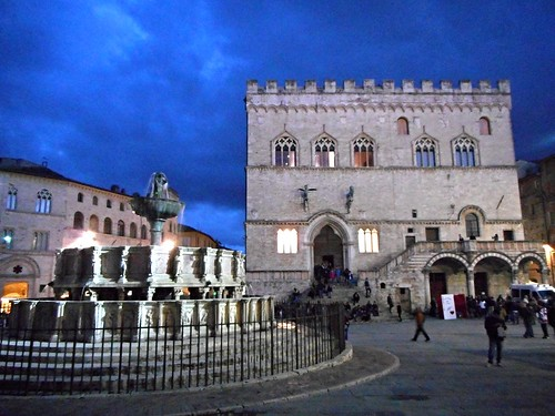 """Fontana Maggiore"" (1275-78) and Palace by Carlo Raso, on Flickr"