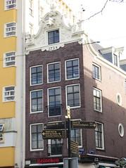facing Nieuwmarkt (Abby flat-coat) Tags: netherlands amsterdam nieuwmarkt elph300hs img8778strt