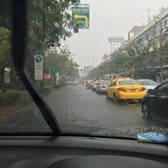 ในขณะที่สอบใบขับขี่มอไซค์ผ่านแล้วกำลังจะหาซื้อมอไซค์  ฝนตกเป็นพายุ น้ำท่วม โชว์ภาพความลำบากของมอไซค์เต็มเหนี่ยว   อืมม ขับรถต่อก็ได้ฟระ