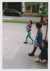 insta117 (sudoTakeshi) Tags: film kids children fuji child brothers walk natura half fujifilm filmcamera 散歩 子供 兄弟 歩く natura1600 halfcamera フィルム トイカメラ ハーフカメラ フィルムカメラ goldenhalf 二重橋前 同時プリント