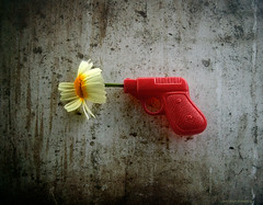 flower texture primavera mobile toy spring gun flor cell... (Photo: Aviones Plateados on Flickr)