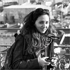 A star (John Riper) Tags: street bw woman white man black portugal girl monochrome smile smart sunglasses canon fence john square photography mono hands pretty phone zwartwit lisboa lisbon candid roofs backpack l iphone 6d 24105 straatfotografie riper johnriper