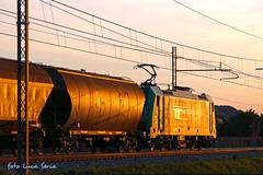 "Il ""lato B"" della E483 005 RTC (equo25) Tags: cars train sonnenuntergang merci eisenbahn railway zug locomotive treno hopper bombardier ferrovia traxx waggons cereali guterzug tramogge ellok monfer"