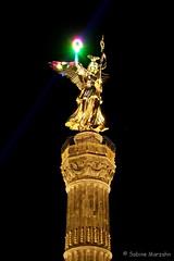 Gloria Victoria / Global Rainbow (Sockenhummel) Tags: berlin licht peace fuji nightshot landmark victoria frieden finepix laser fujifilm lasershow bunt beleuchtung x30 siegessule nachtaufnahme langzeitbelichtung wahrzeichen lichtkunst groserstern globalrainbow laserinstallation fujix30 derfriedenwirdsiegen yvettenattern