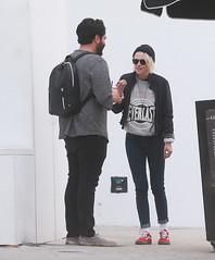 FFN_IMAGE_52039315 FFN_SET_70006171 (robstensimplesmente.amor) Tags: usa sunglasses jeans beverlyhills redshoes blackhat blacktop kristenstewart