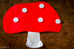 Kleinkindbastelei feat. Alte Rauschkultur (UsualRedAnt) Tags: rot public kunst natur braun holz papier farbe pilz fliegenpilz bastelei basteln weis