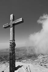 CROIX GR20 (phOtOpate) Tags: nikon corse pierre tag gr20 gr nikkor nuage baton rocher bois brume 1224 croix randonne sommet d5100 photopate