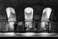 Waiting at Bakerstreet (frank_w_aus_l) Tags: uk light england people bw london underground fuji noiretblanc britain ubahn gb sw rays monochrom bakerstreet vereinigtesknigreich x100t fujix100t smombie