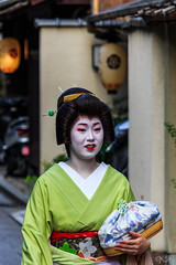 Geisha/Maiko, Gion, Kyoto (basti_m28) Tags: japan kyoto maiko geisha gion camera:make=canon exif:make=canon geo:country=japan geo:city=kyoto geostate exif:lens=18200mm exif:aperture=ƒ63 camera:model=canoneos600d exif:model=canoneos600d exif:isospeed=640 exif:focallength=173mm geo:location=geishamaikogion geo:lon=13577501388889 geo:lat=35003397222222