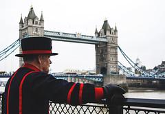 Vigilante (Jokin Fernandez) Tags: uk travel viaje bridge light sky man london rio thames river puente londres hombre beefeater reino unido tamesis
