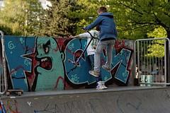 Rollerfahrer (Foto-X) Tags: sport portrt f13 buben skaterplatz rollerfahrer sonydslra900 forsthauspark skaterscooterbmx walimexpro85mmf114if