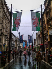 St. Mary Street (Oscar F. Hevia) Tags: street uk greatbritain people wales calle gente flag cardiff pedestrian flags gales personas cobblestones caerdydd bandera glamorgan farolas banderas valeofglamorgan adoquines reinounido lampposts peatonal stmarystreet granbretaa