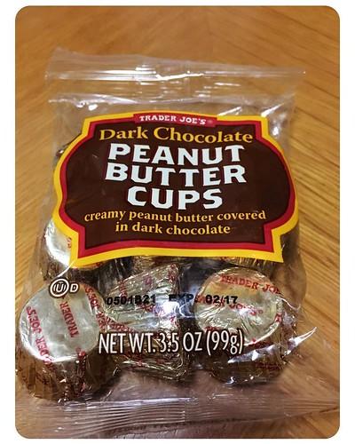 夜のオヤツ♪♪  アメリカ出張帰りの方からのお土産!! いかにもアメリカらしいチョコレートですが、 こういうの、とても好きです♪♪  食べ過ぎに注意かなぁ・・・