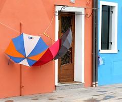 Pioggia colorata (Ro_.) Tags: venice burano finestre ombrelli fujifilmx20