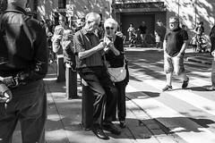 (Vctor Mndez (VM FotoVisual)) Tags: street shadow blackandwhite blancoynegro monochrome mobile modern canon monocromo calle couple pareja streetphotography grandparents 24mm sombras mvil abuelos tecnology tecnologa fotografaurbana fotografacallejera canon600d madernos vmfotovisual vmfotovisualstreet