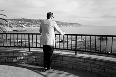 Pacific view (C_Kho) Tags: california leica man beach monochrome cali pacific 28mm socal orangecounty oc coronadelmar lagunabeach leicaq