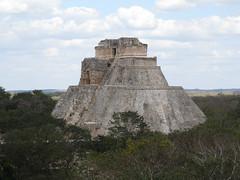 "Uxmal: la Pyramide du Magicien <a style=""margin-left:10px; font-size:0.8em;"" href=""http://www.flickr.com/photos/127723101@N04/25323793484/"" target=""_blank"">@flickr</a>"