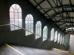 09-IMG_4647 (hemingwayfoto) Tags: flickr fenster hamburg eisenbahn bahnhof treppe architektur bahn verkehr tristesse warten umsteigen gelnder steigen hamburgharburg norddeutchland