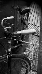 Bicicletta (giallinovagabondo) Tags: bw strada inverno palo pioggia ruggine gocce ruote marciapiede freni manubrio sellino viavolta gennaio2016