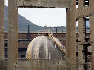 Gigantesque complexe industriel abandonné