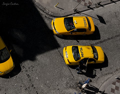 Taksis (SergioCastroPhotography.) Tags: world street city viaje people bw sun colour travelling art sol yellow turkey underground photography photo asia europa europe gente artistic taxi sony country ciudad istanbul move bn taxis coche sombras coches estambul taksi turqua pas taksis