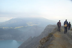Hiking on the crater rim (gecgab) Tags: ijen